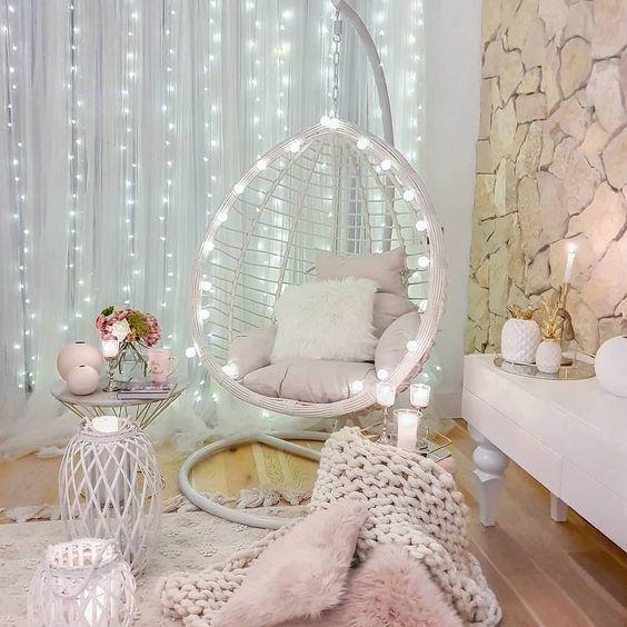 светлое подвесное кресло кокон из ротанга