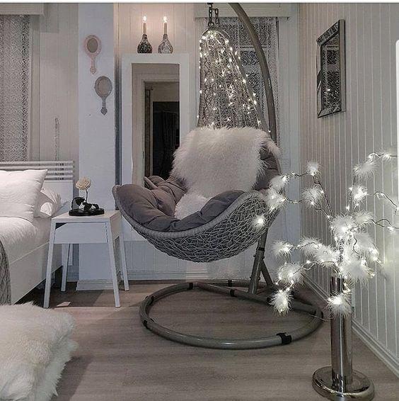 узкое подвесное кресло в интерьере