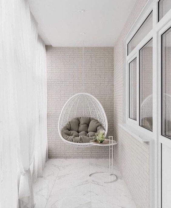 кресло кокон на балконе